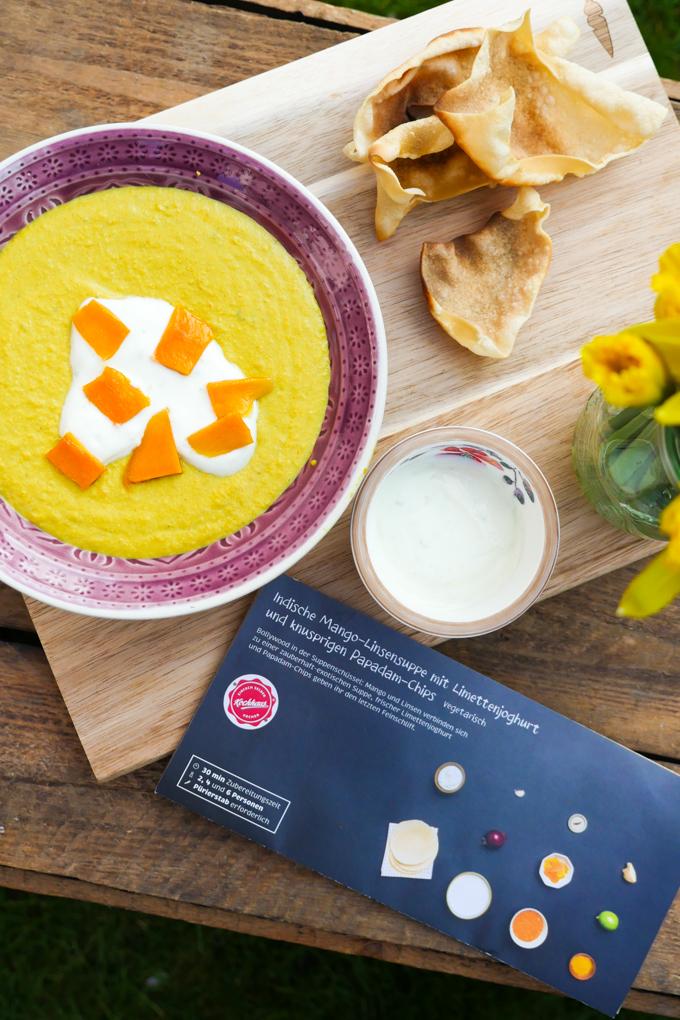Indische Mango-Linsensuppe mit Limettenjoghurt und Papadam-Chips