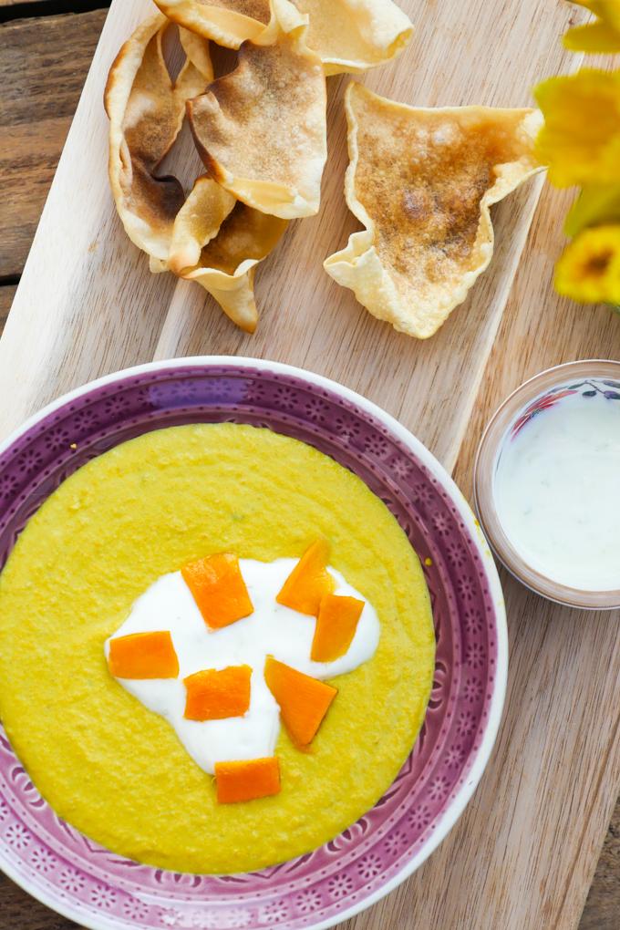 Indische Mango-Linsensuppe mit Limettenjoghurt und knusprigen Papadam-Chips