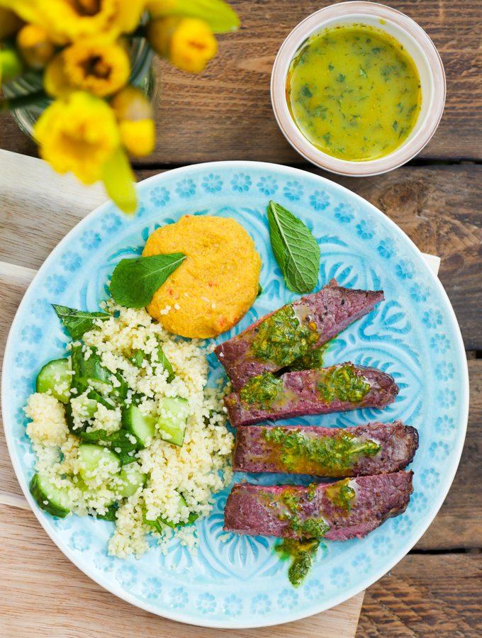 Mango-Linsensuppe und Rinderhüftsteak mit Hummus