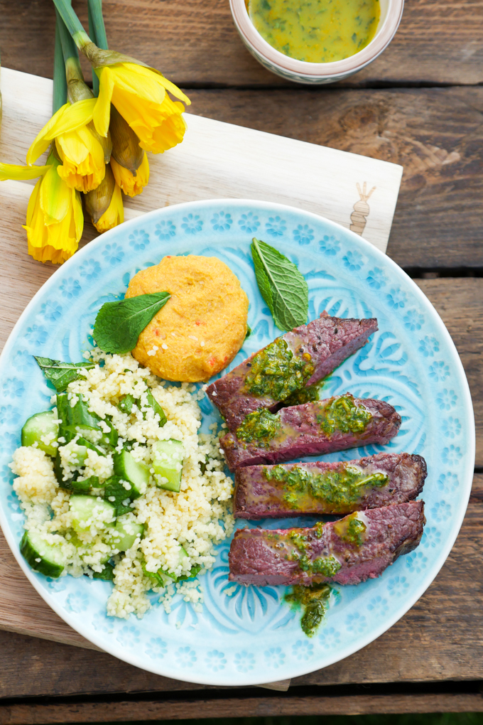 Chermoula-Rinderhüftsteak mit Hummus und Gurken-Minz-Couscous