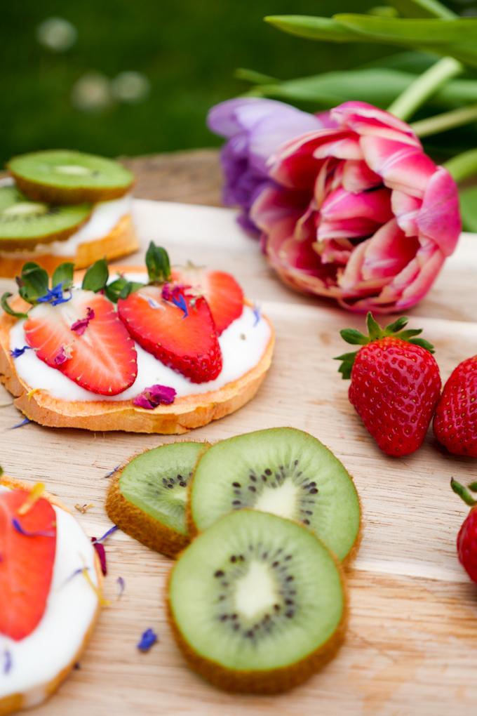 Low Carb Süßkartoffel-Toast mit Vanillejoghurt und Erdbeeren