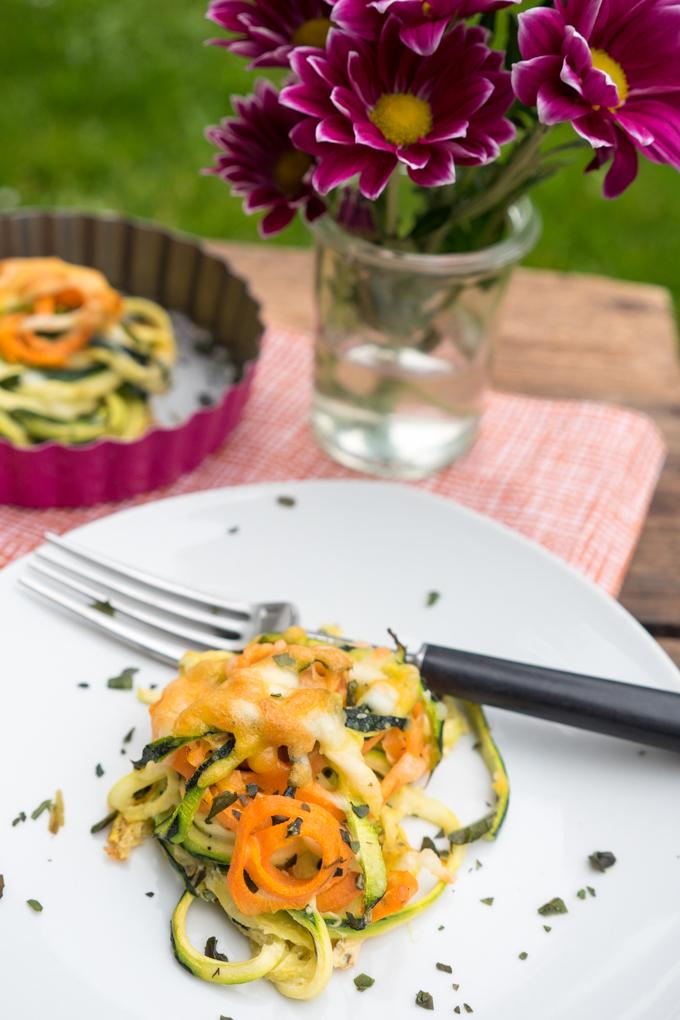 Low Carb Zucchini- und Möhrennudel-Nestern mit Käse überbacken