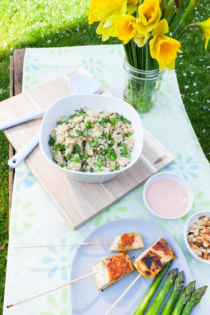 Hähnchen-Lollis zum Dippen, Erbsen-Minze-Couscous und Spargel