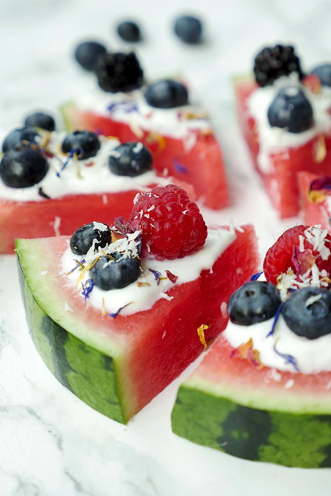 Wassermelonen-Pizza mit griechischem Joghurt und Sommerbeeren