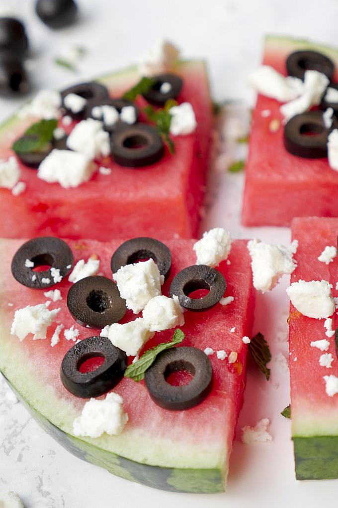 Herzhafte Wassermelonen-Pizza mit Oliven und Feta