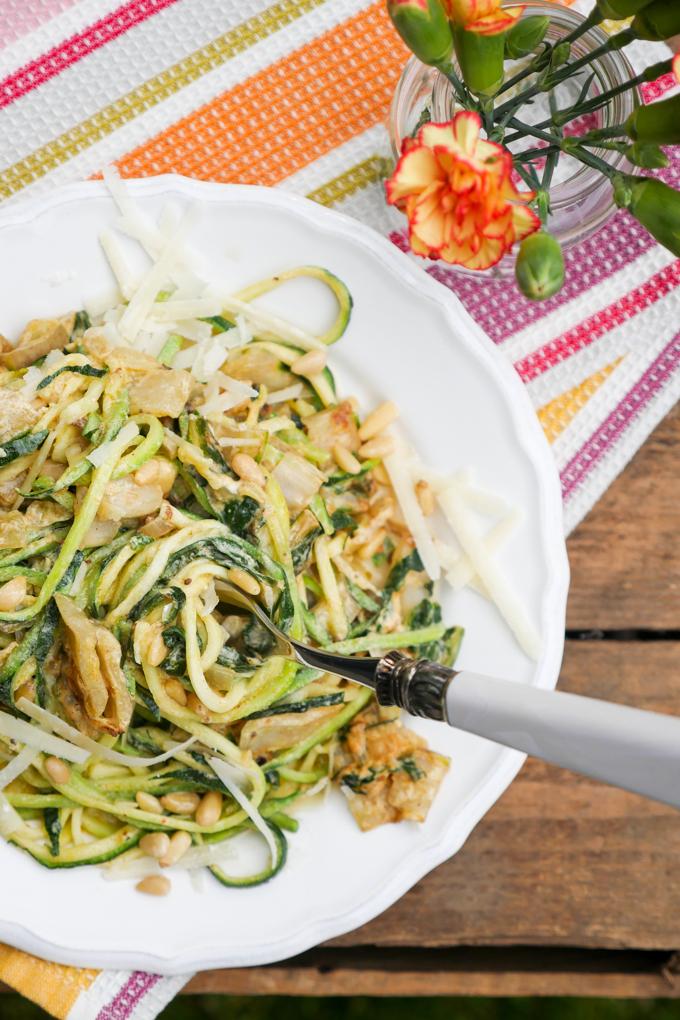 Zucchinispaghetti mit Mangold und Pinienkernen