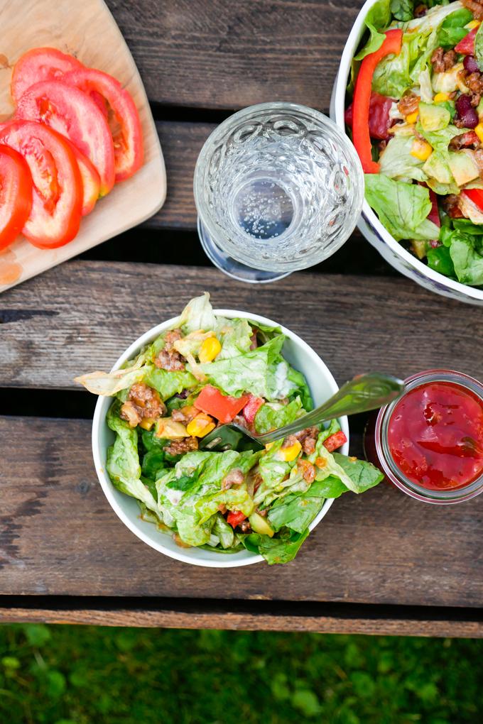 Low Carb Salat mit Hackfleisch und Avocado