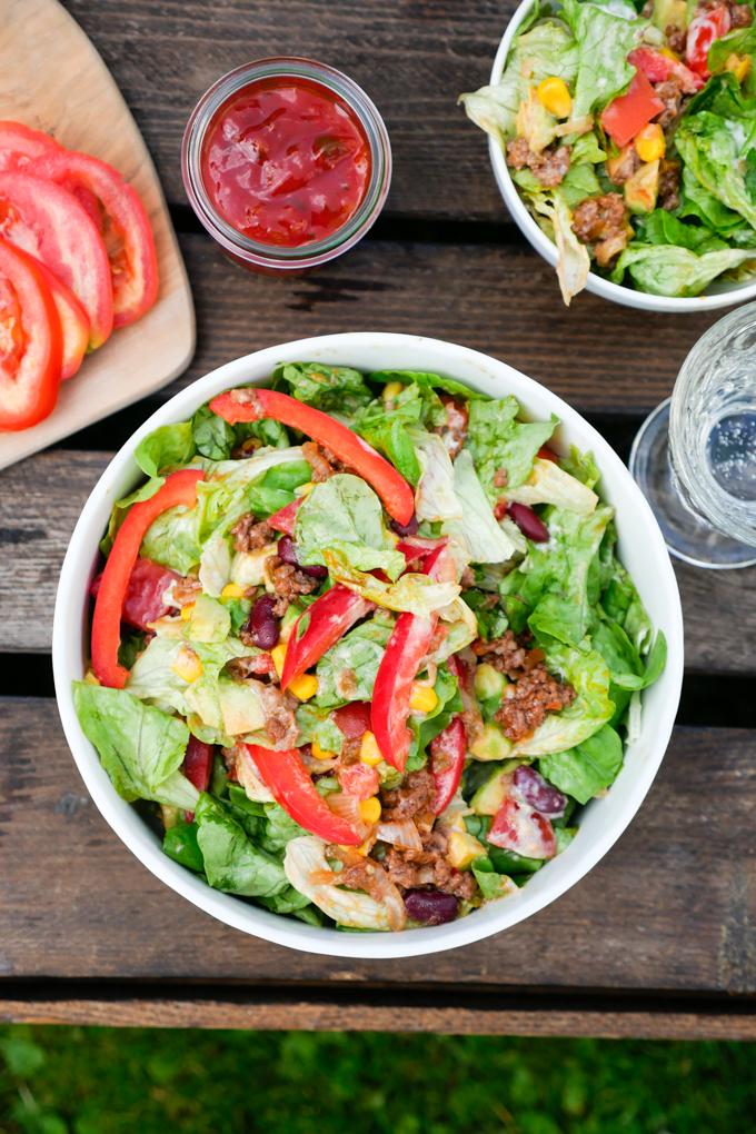 Mexikanischer Salat mit Hackfleisch und Salsa
