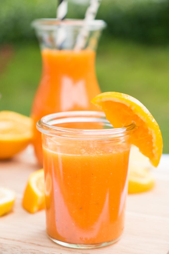 Smoothie mit Orangen, Möhren, Papaya , Zitrone, Ingwer und Chiasamen