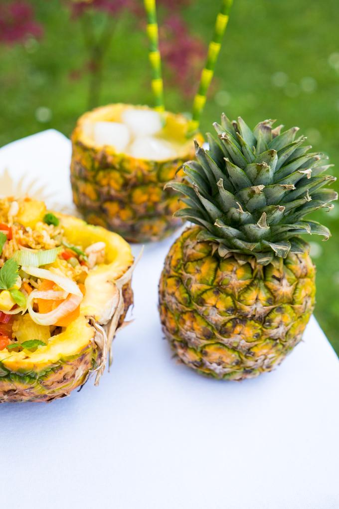 Fruchtiger Reissalat in der Ananashälfte