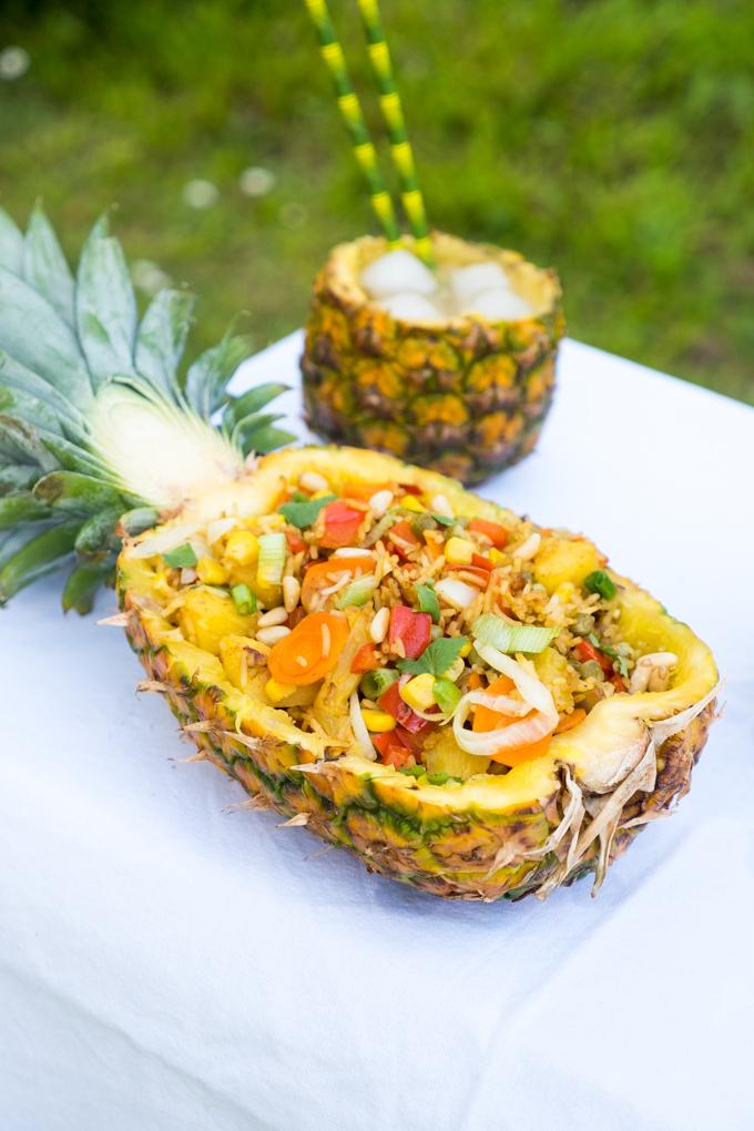 fruchtiger reissalat in der ananas ein schneller sommersalat. Black Bedroom Furniture Sets. Home Design Ideas