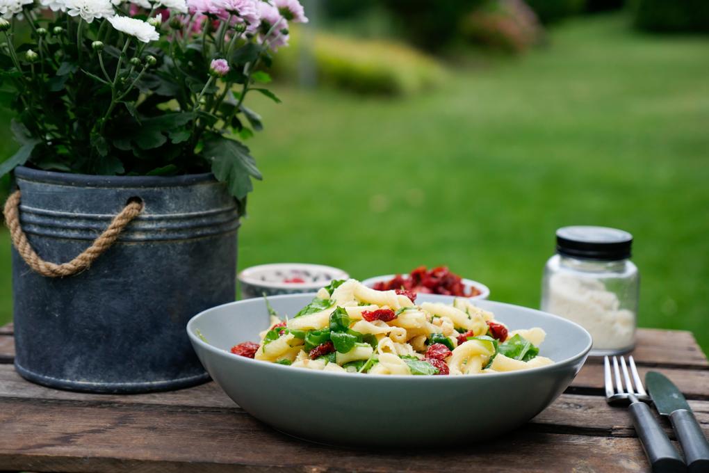Sommerlicher Nudelsalat mit getrockneten Tomaten, Parmesan und Rucola