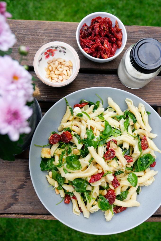 Nudelsalat mit Zucchini, Rucola, getrockneten Tomaten und Honig-Senf-Dressing