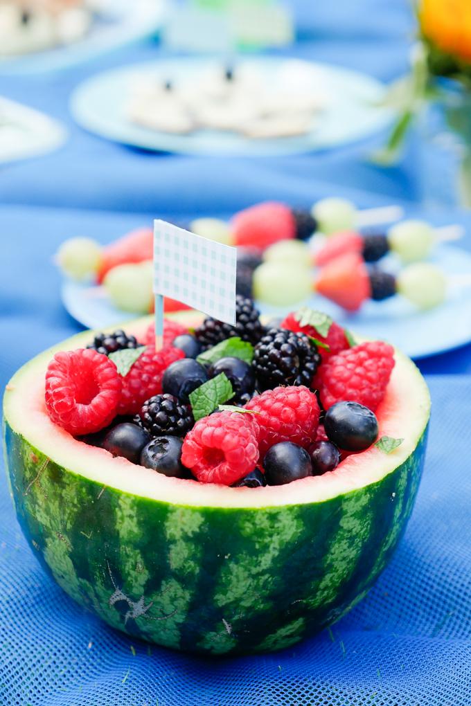 Obstsalat in der Wassermelone für das gesunde Kinderpicknick