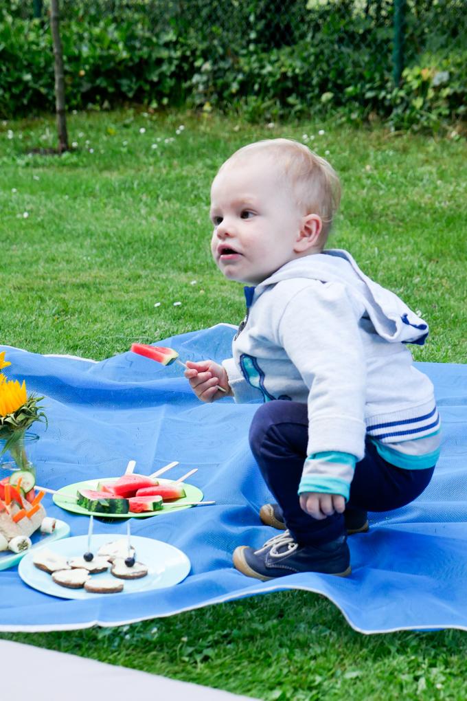 Leckeres Kinderpicknick im Garten