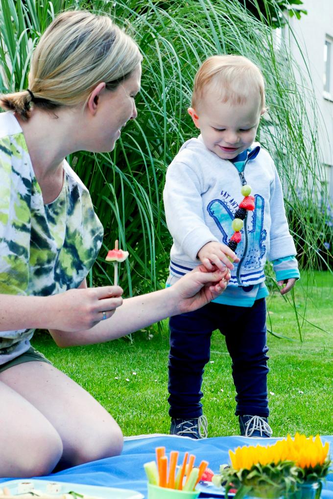 Gesundes Kinderpicknick im Garten