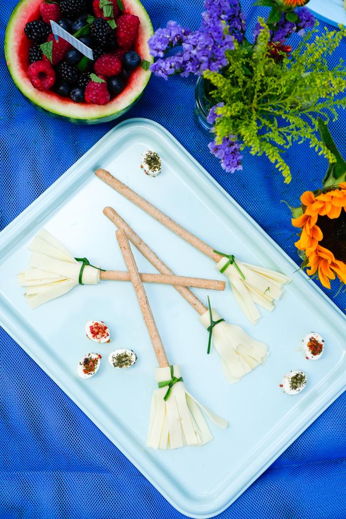 Hexenbesen mit Fol Epi Käse, Sesamstangen und Schnittlauch