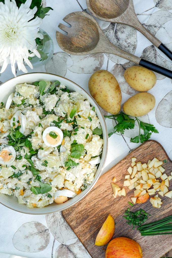 Kartoffelsalat mit Mayo, Äpfeln und Feldsalat