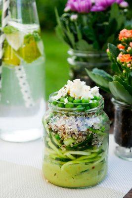 Zoodles-Salat mit Avocado, Erbsen, Quinoa und Feta im Glas