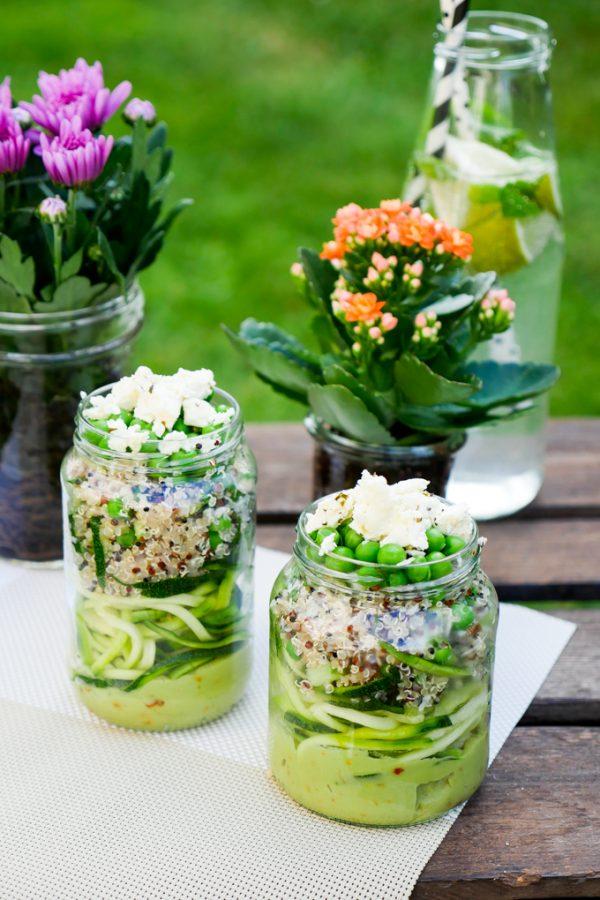 Zucchininudel-Salat mit Quinoa und Feta im Glas