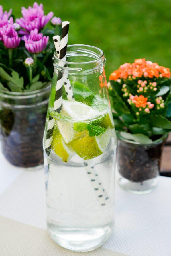 Infused Water mit Zitrone, Minze und Limette