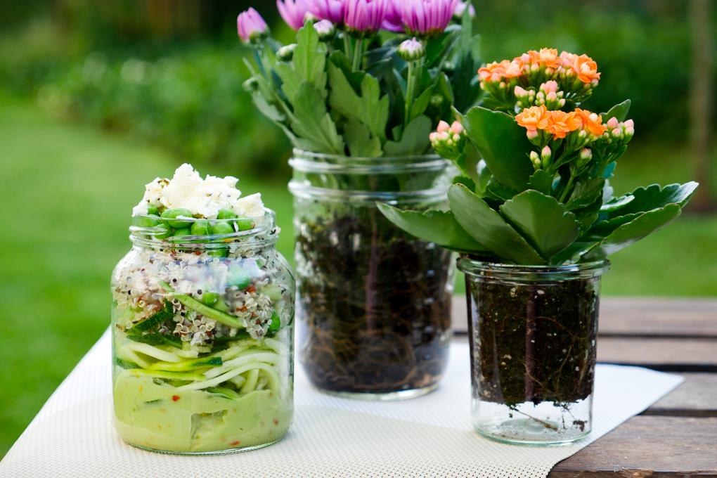 Salat mit Zucchininudeln, Quinoa, Erbsen und Feta
