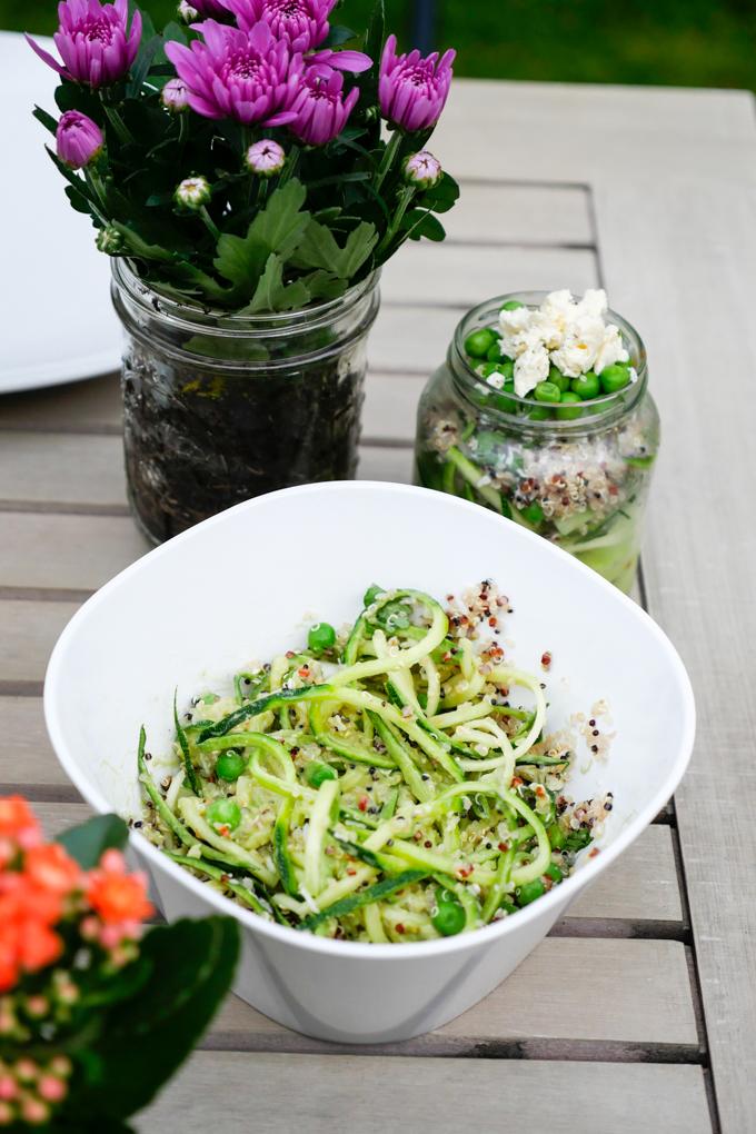 Zucchininudel-Salat mit Quinoa und Erbsen