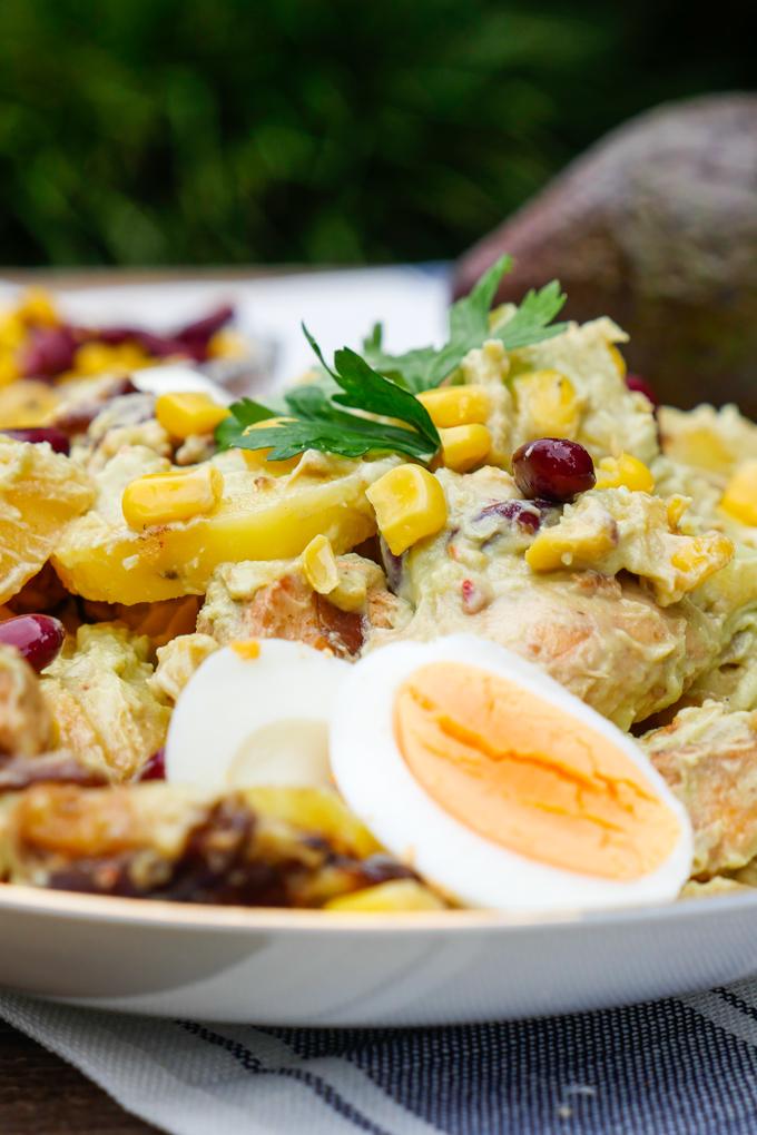 Kartoffelsalat mit Hähnchen, Mais, Kidneybohnen und Avocadodressing