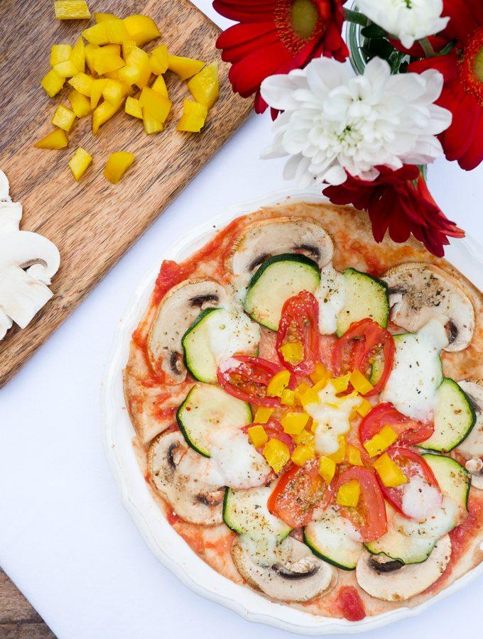 Blitzpizza mit Champignons, Tomaten, Zucchini und Paprika