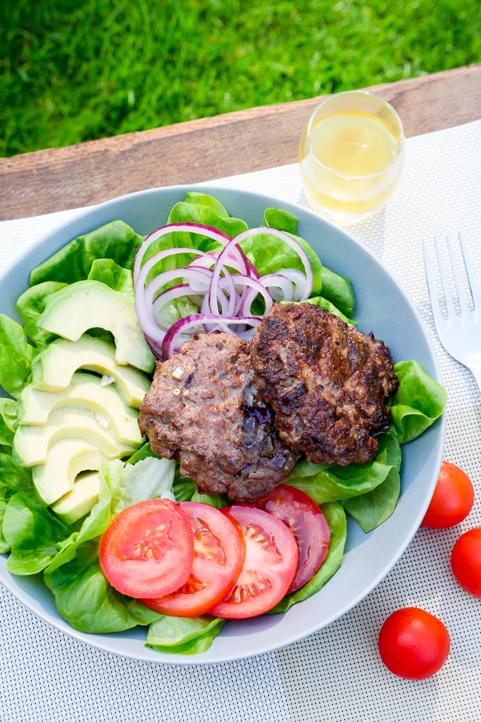 Gesunde Low Carb Burger Bowl mit Avocado und Tomaten