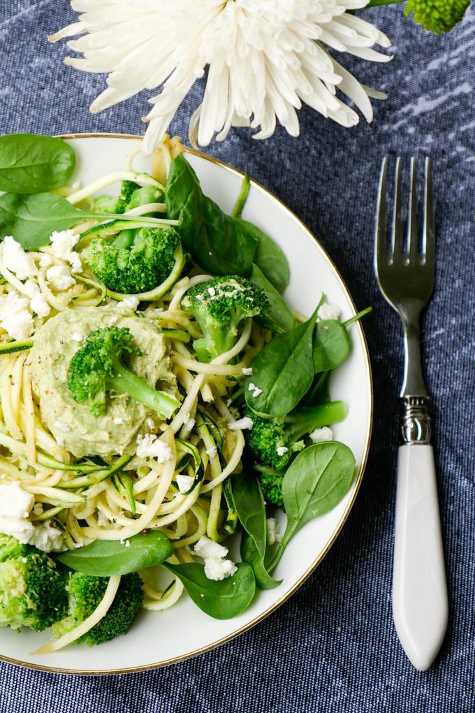 Grüne Zucchininudeln mit Brokkoli und Avocadopesto