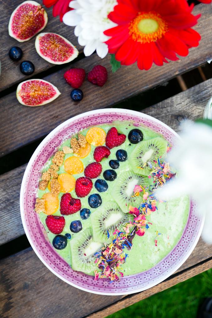 Grüne Smoothie-Bowl mit Kiwi und Spinat - das perfekte Frühstück für Kinder