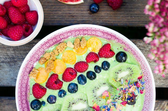 Grüne Smoothie Bowl mit Spinat und Kiwi