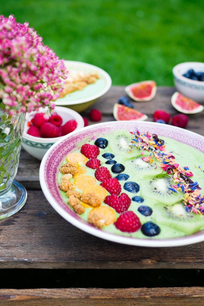 Grüne Smoothiebowl mit Mandelmilch und Spinat