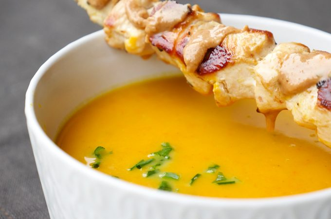 Kürbissuppe mit Kokosmilch, Möhren und Hähnchenspießen mit Erdnussbutter