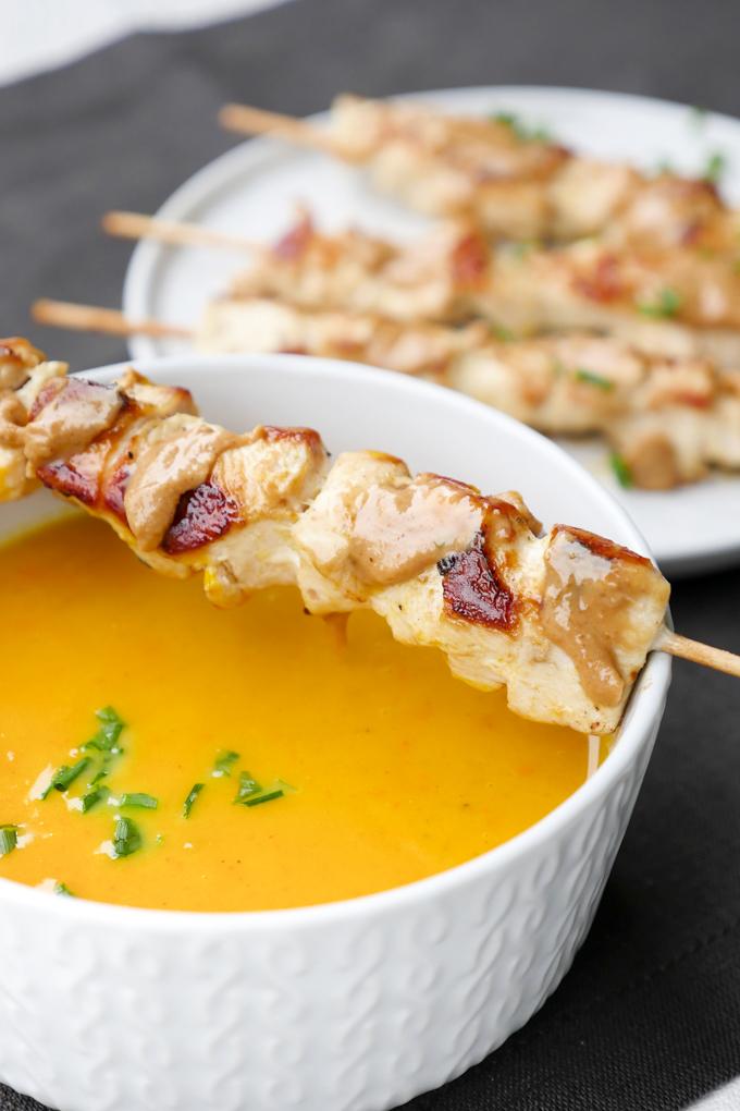 Cremige Kürbissuppe mit Kokosmilch und Hähnchenspießen - So schmeckt der Herbst!
