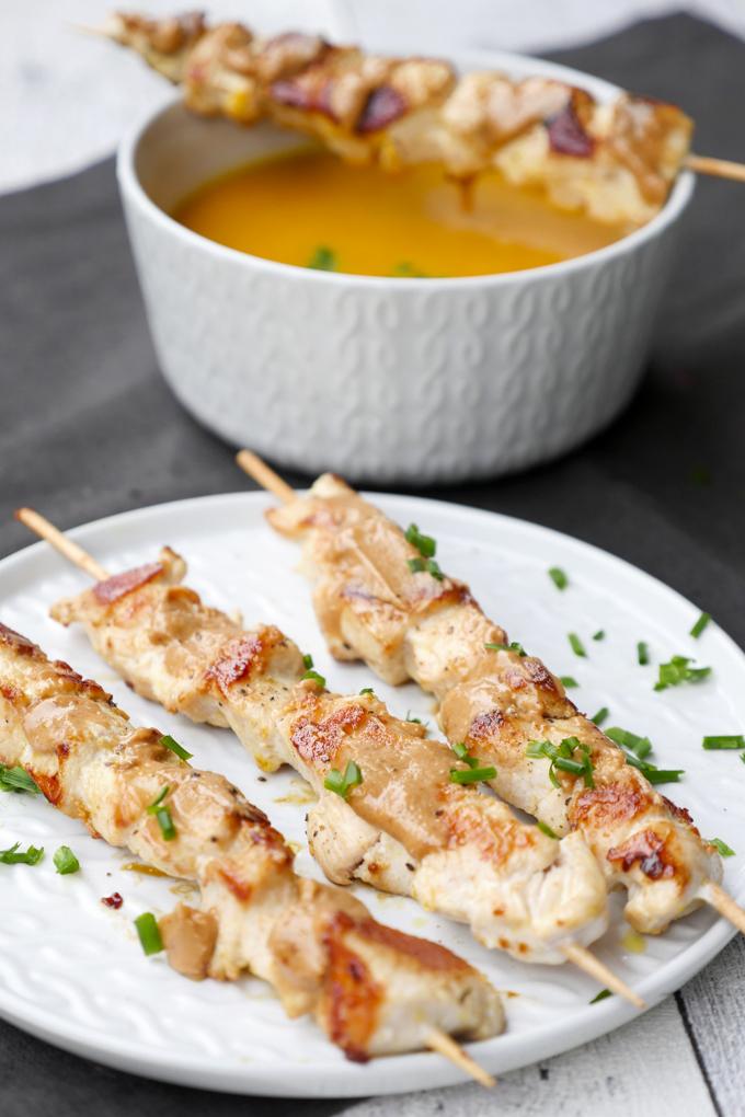 Hähnchenspieße mit Erdnussbutter und Möhren-Kürbis-Suppe