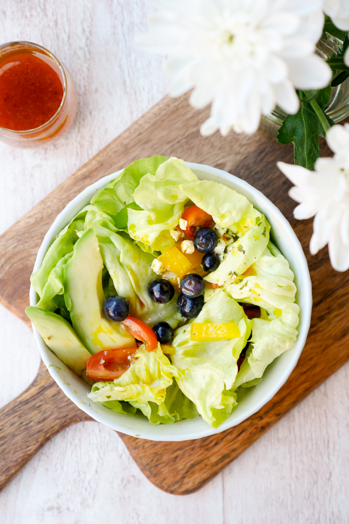 Bunter Salat mit fruchtigem Dressing aus Weißweinessig und Honig