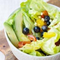 Salat mit fruchtigem Dressing