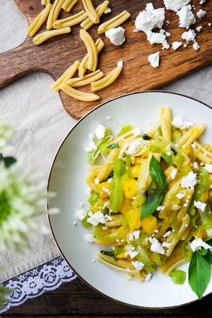 10-Minuten-Pasta Rezept mit Lauch und Mango