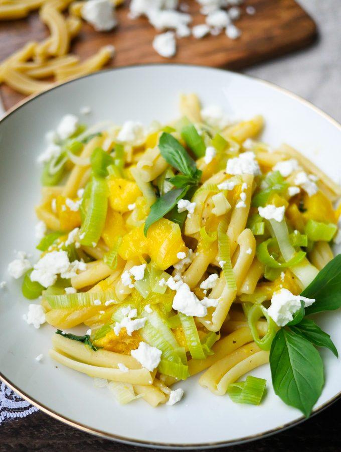 Mango-Lauch-Pasta mit Feta und Basilikum