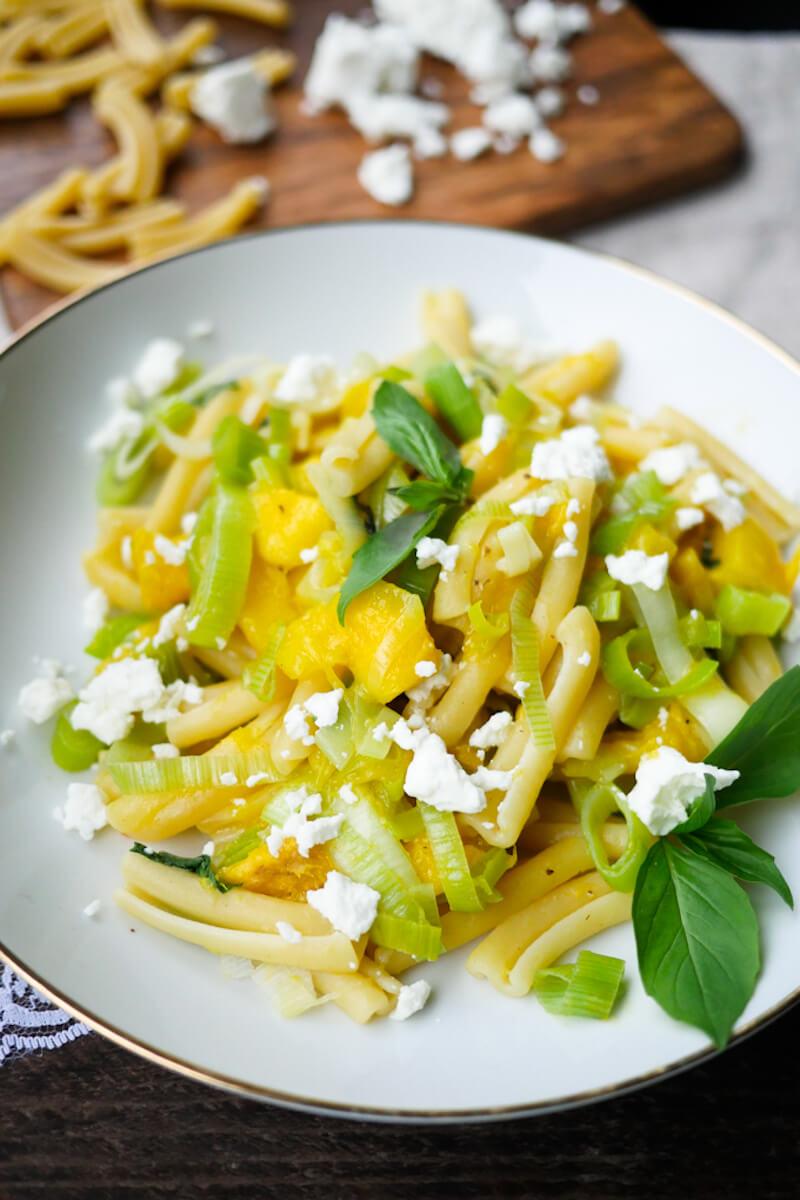 Schnelle Mango-Lauch-Pasta mit Feta und Basilikum