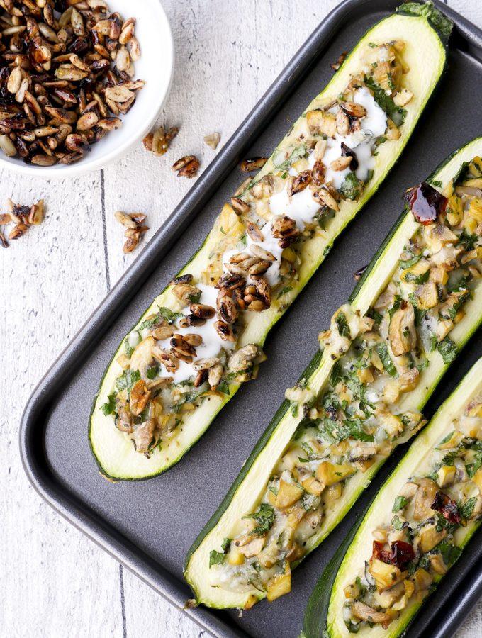 Gefüllte Zucchini mit Champignons und Knoblauchjoghurt