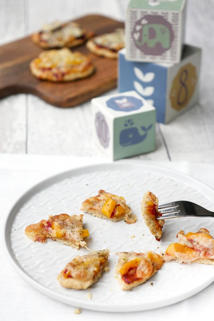 Gesundes und schnelles Rezept für Kinderpizza aus einem Quark-Dinkelmehl-Teig