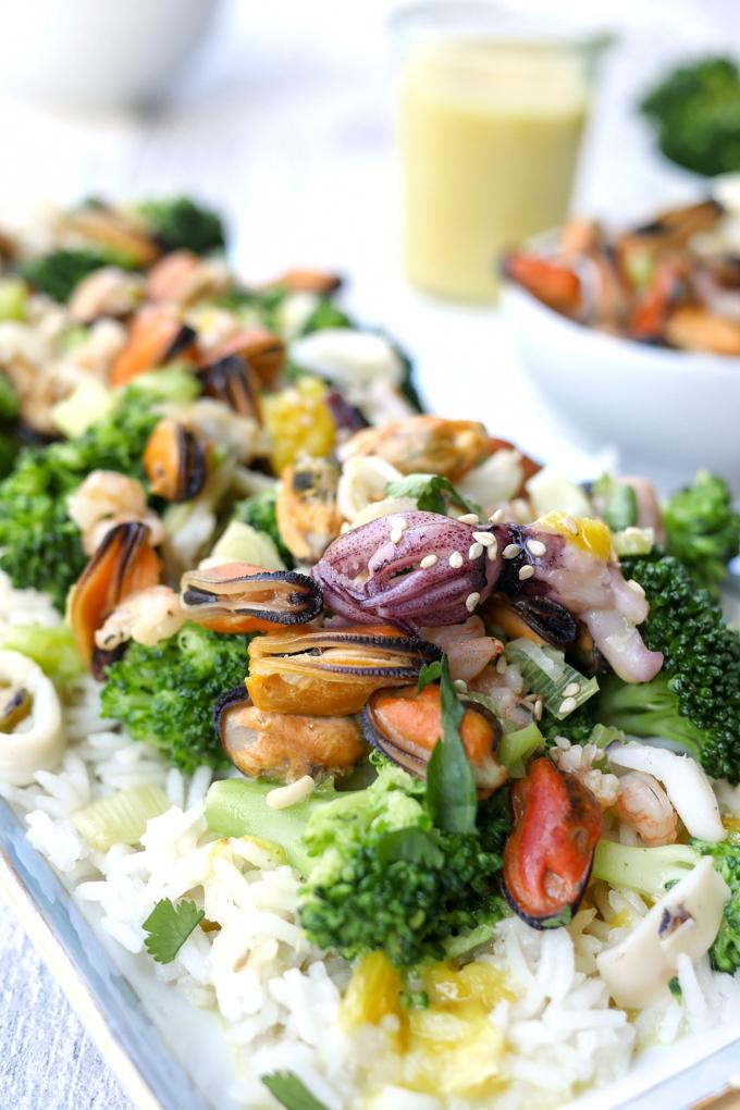 Kokosreis mit Meeresfrüchten, Brokkoli und Orangensauce