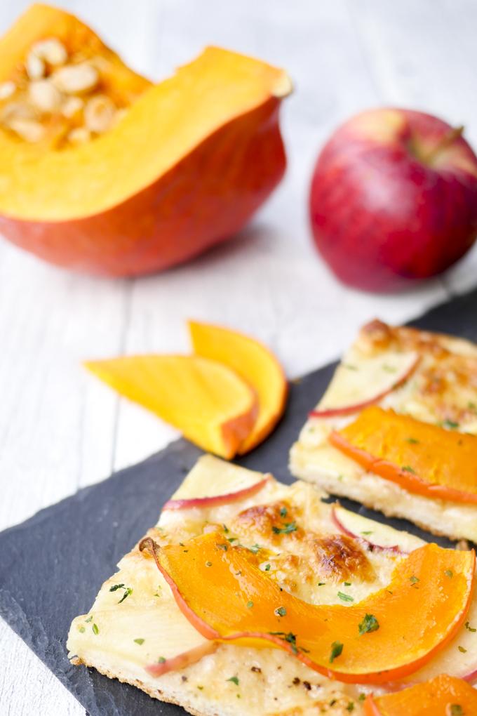 Rezept für schnelle Pizza mit Kürbis und Äpfeln - Herbstrezept