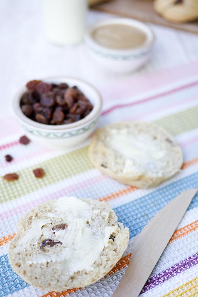 Gesunde und leckere Rosinenbrötchen mit Apfelmark, Dinkelmehl und Milch für Kinder