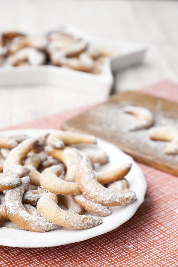 Klassische Vanillekipferl mit Weizenmehl, Puderzucker und Vanille