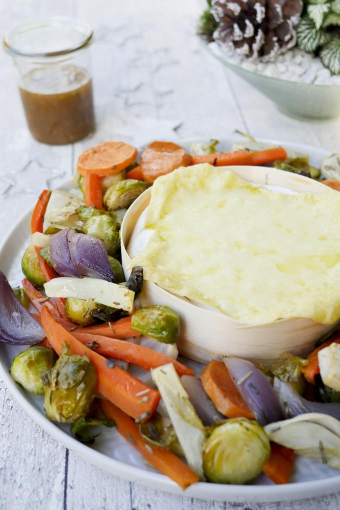 Low Carb Wintergemüse mit cremigem Ofenkäse und Honig-Senf-Dressing