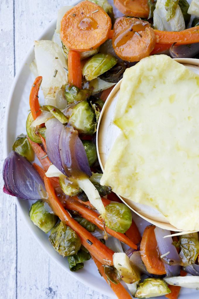 Low Carb Ofengemüse mit Honig-Senf-Dressing und cremigem ROUGETTE Ofenkäse